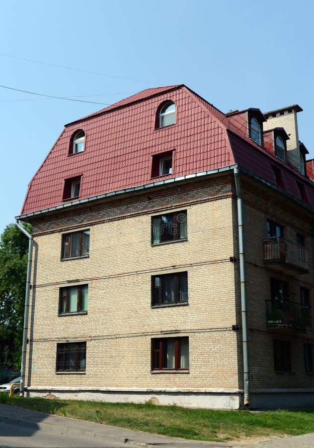 Παλαιό σπίτι τούβλου με μια οικιστική σοφίτα στην οδό Bogdan Khmelnitsky στο Βιτσέμπσκ στοκ εικόνες