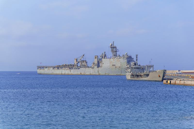 Παλαιό στρατιωτικό θωρηκτό με το ραντάρ στην μπλε θάλασσα που ελλιμενίζεται στη μαρίνα στοκ φωτογραφία με δικαίωμα ελεύθερης χρήσης