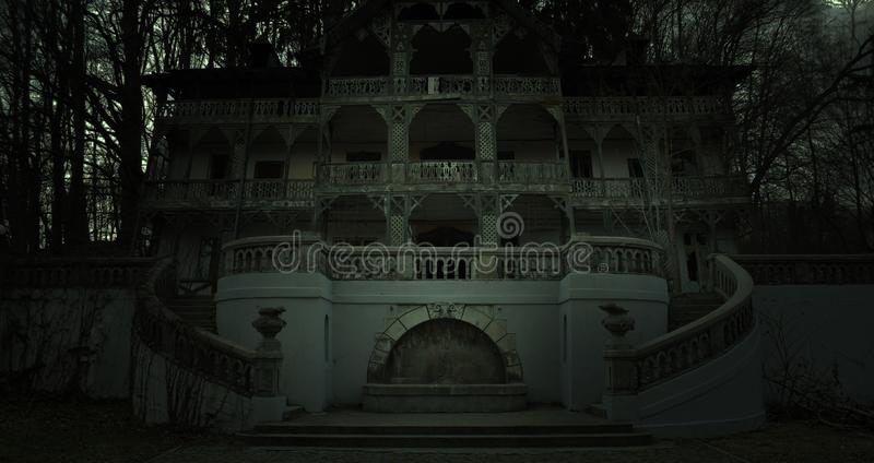 Παλαιό συχνασμένο σπίτι σε μια σκοτεινή ατμόσφαιρα φρίκης στοκ φωτογραφίες