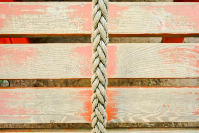 Παλαιό σχοινί και στενοχωρημένες κόκκινες χρωματισμένες ξύλινες σανίδες στοκ εικόνα με δικαίωμα ελεύθερης χρήσης