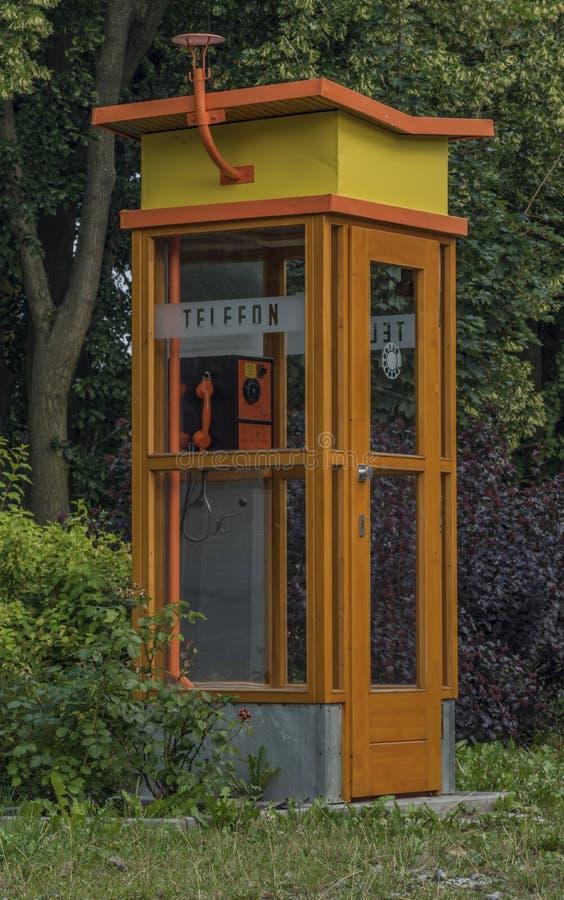 Παλαιό τηλέφωνο στην οδό στην πόλη Trest στοκ φωτογραφίες