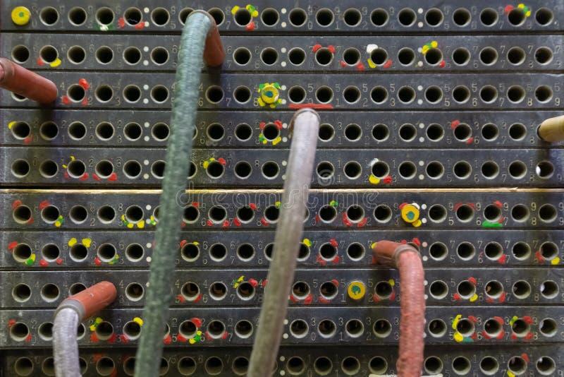Παλαιό τηλεφωνικό τηλεφωνικό κέντρο με τα καλώδια στοκ εικόνες με δικαίωμα ελεύθερης χρήσης