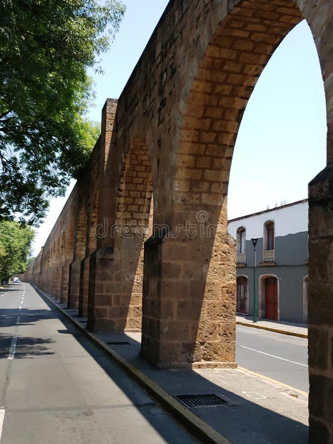 παλαιό υδραγωγείο στην πόλη του Μορέλια, Michoacan, του ταξιδιού και του τουρισμού στο Μεξικό στοκ εικόνα