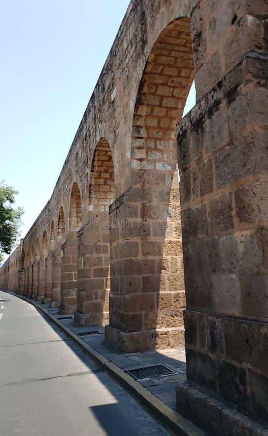 παλαιό υδραγωγείο στην πόλη του Μορέλια, Michoacan, του ταξιδιού και του τουρισμού στο Μεξικό στοκ εικόνες