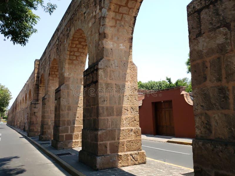 παλαιό υδραγωγείο στην πόλη του Μορέλια, Michoacan, του ταξιδιού και του τουρισμού στο Μεξικό στοκ εικόνα με δικαίωμα ελεύθερης χρήσης