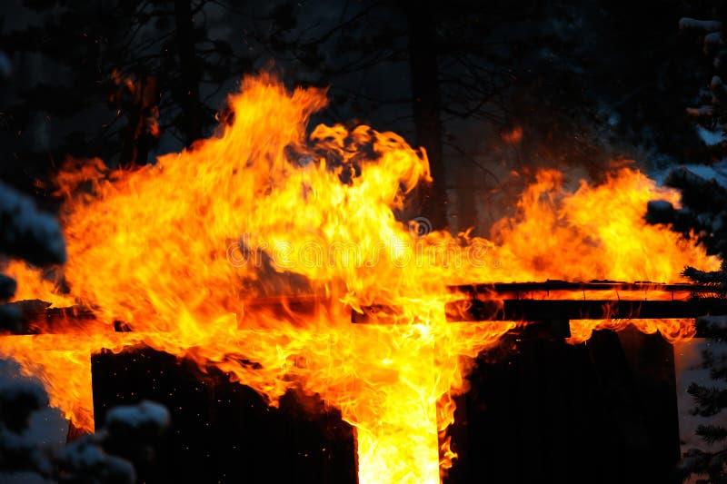 Παλαιό υπόστεγο στην πυρκαγιά στοκ εικόνες με δικαίωμα ελεύθερης χρήσης