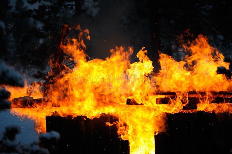 Παλαιό υπόστεγο στην πυρκαγιά στοκ εικόνα με δικαίωμα ελεύθερης χρήσης