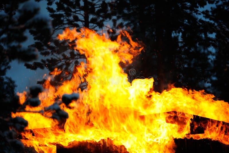 Παλαιό υπόστεγο στην πυρκαγιά στοκ φωτογραφία με δικαίωμα ελεύθερης χρήσης