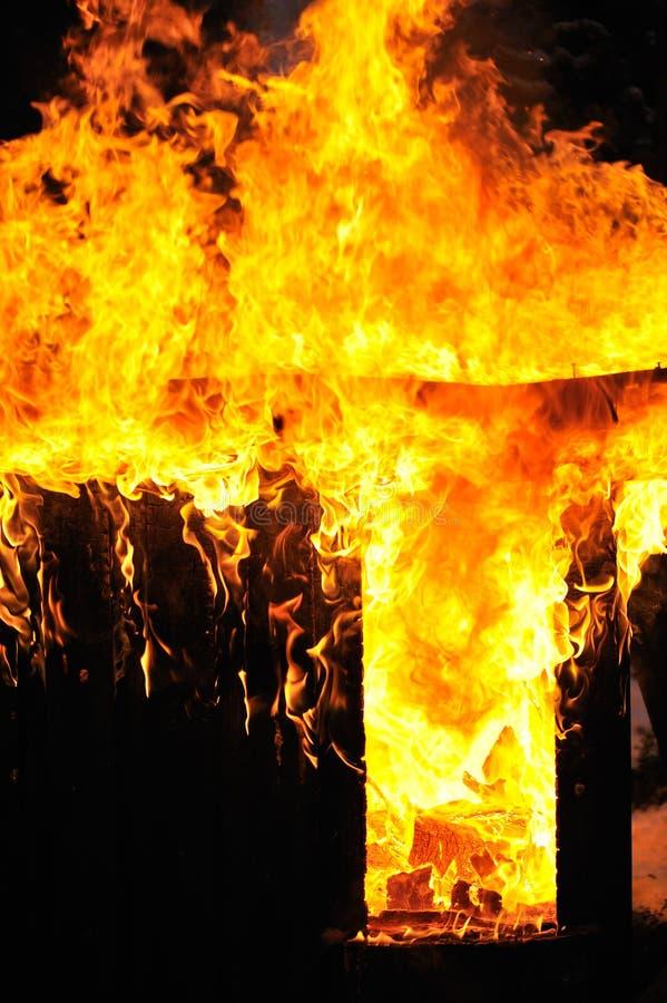 Παλαιό υπόστεγο στην πυρκαγιά στοκ εικόνες