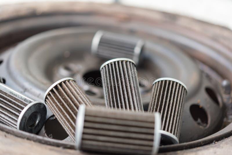 Παλαιό φίλτρο πετρελαίου μηχανών λιπαντικών στο γκαράζ αυτοκινήτων στοκ φωτογραφίες