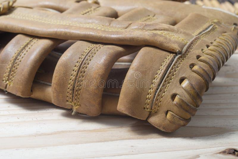 Παλαιό φορεμένο γάντι μπέιζ-μπώλ δέρματος σε έναν ξύλινο στοκ φωτογραφία με δικαίωμα ελεύθερης χρήσης