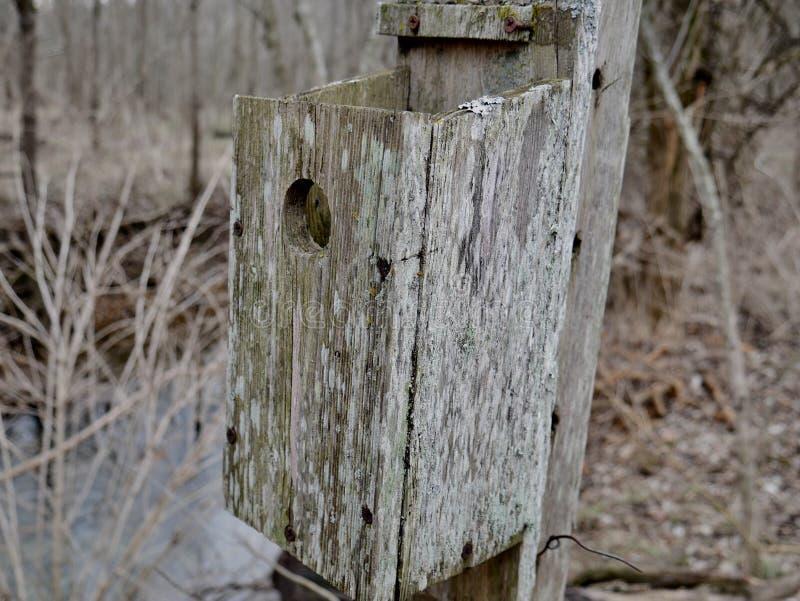 Παλαιό φορεμένο Birdhouse στοκ φωτογραφία με δικαίωμα ελεύθερης χρήσης