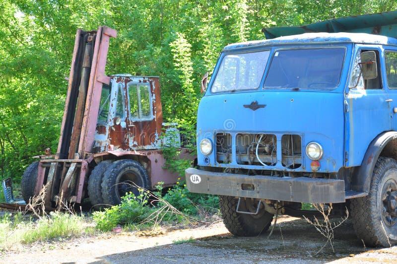Παλαιό φορτηγό στο υπόβαθρο της φύσης στοκ εικόνες με δικαίωμα ελεύθερης χρήσης