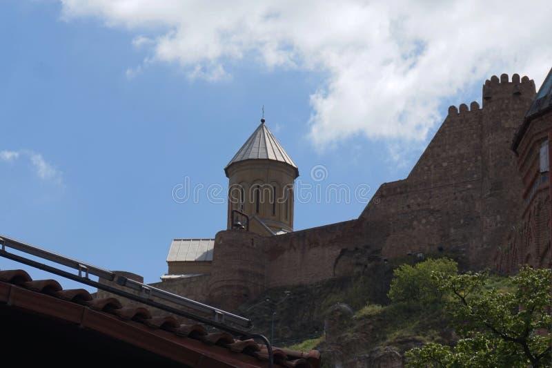 Παλαιό φρούριο στο Tbilisi στις όχθεις του ποταμού Kura στοκ φωτογραφία