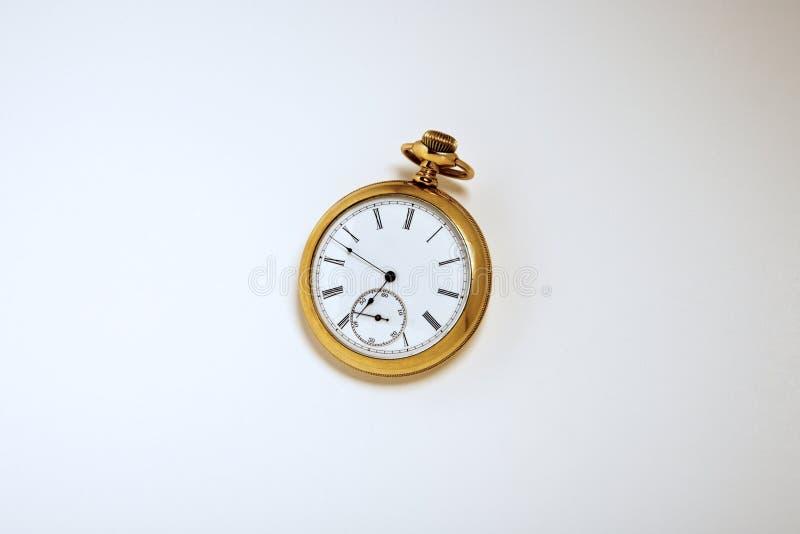 Παλαιό χρυσό ρολόι τσεπών σε ένα άσπρο κλίμα στοκ φωτογραφίες