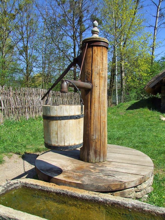 παλαιό χωριό αντλιών ξύλινο στοκ εικόνα με δικαίωμα ελεύθερης χρήσης