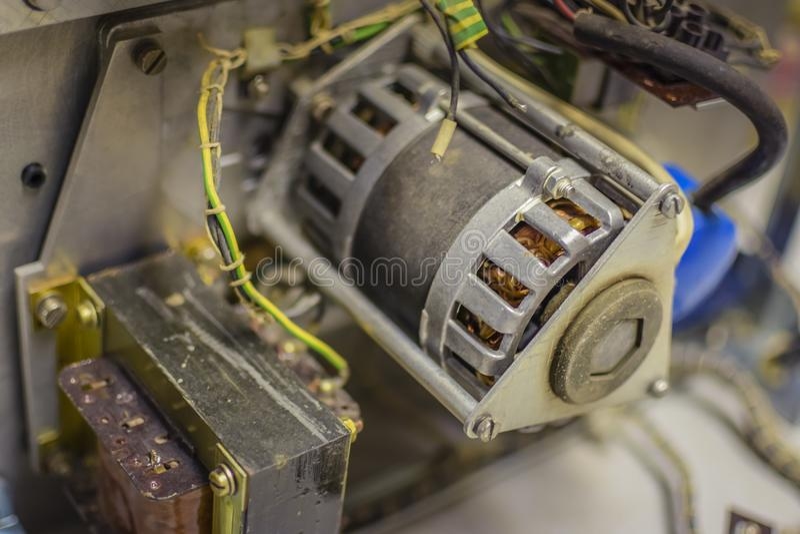Παλαιό electromotor με το traf και τους πυκνωτές στοκ φωτογραφία με δικαίωμα ελεύθερης χρήσης