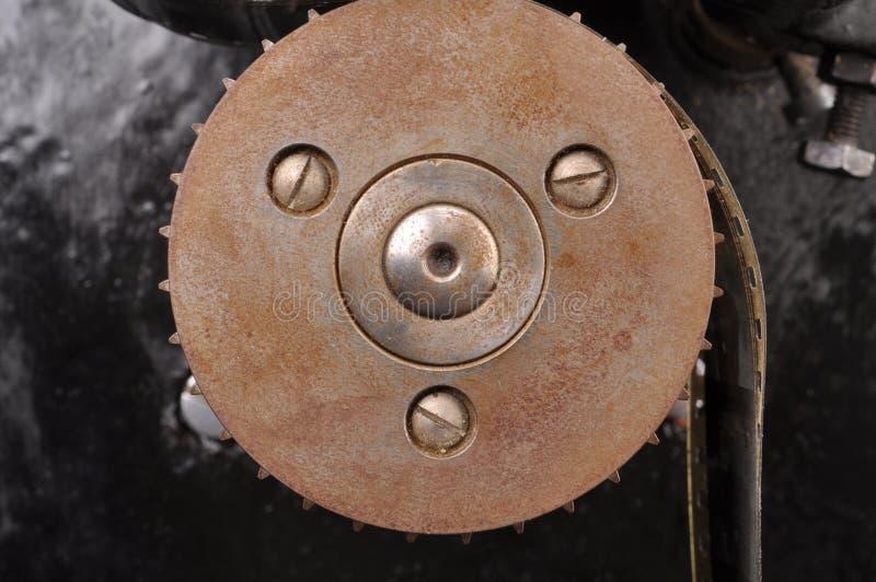 Παλαιό gearwheel από τον παλαιό προβολέα στοκ εικόνες με δικαίωμα ελεύθερης χρήσης
