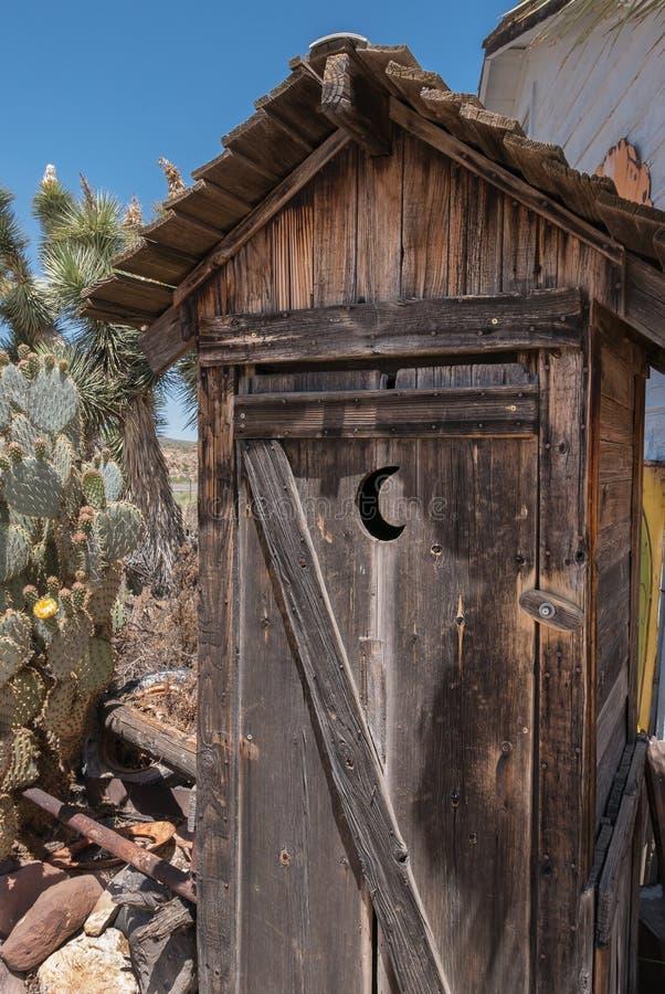 Παλαιό outhouse, Hackberry, Αριζόνα στοκ φωτογραφίες