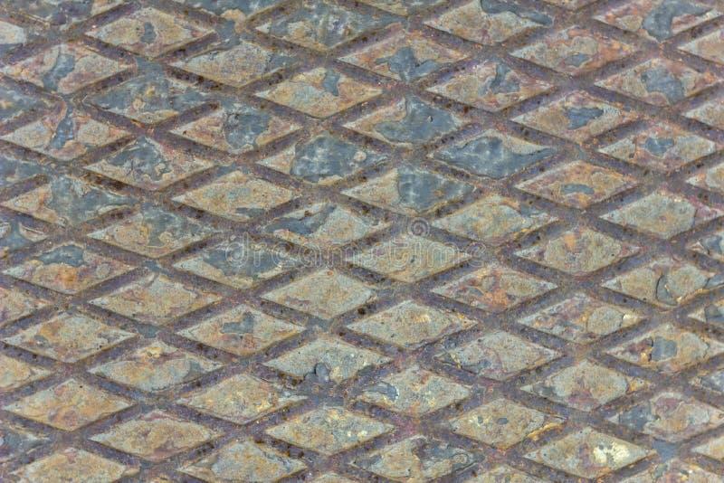 Παλαιό shabby καφετί σκουριασμένο φύλλο μετάλλων με το σχέδιο διαμαντιών και το μαύρο χρώμα αποφλοίωσης r στοκ φωτογραφίες με δικαίωμα ελεύθερης χρήσης