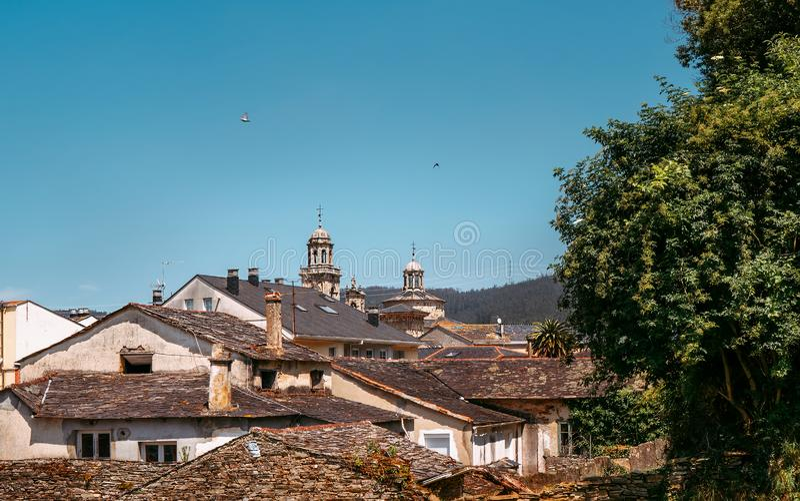 Παλιά ισπανικά σπίτια με σκεπές Στη διαδρομή Camino de Santiago, Γαλικία, Ισπανία στοκ φωτογραφία με δικαίωμα ελεύθερης χρήσης