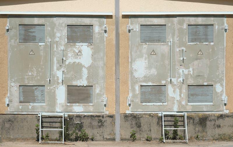 Παλιά μεταλλική πόρτα στον τοίχο του δωματίου στοκ φωτογραφίες με δικαίωμα ελεύθερης χρήσης
