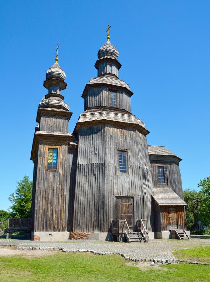 Παλιά ξύλινη ορθόδοξη εκκλησία Στο φόντο με γαλάζιο ουρανό στοκ εικόνες