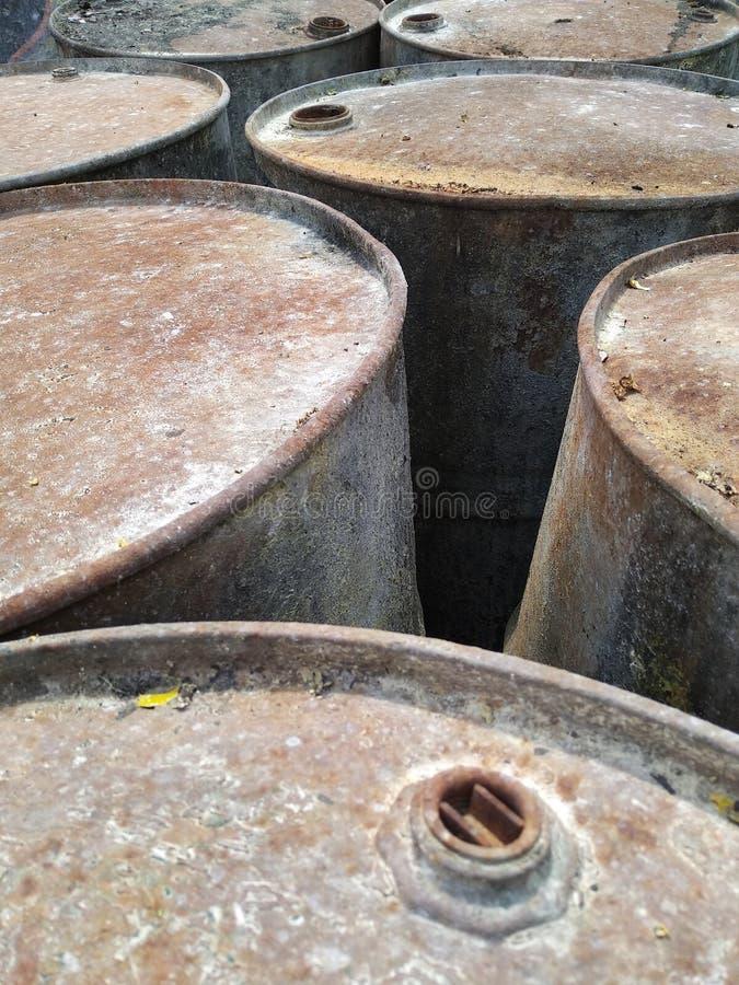 Παλιά περιττά τύμπανα πετρελαίου στοκ φωτογραφίες