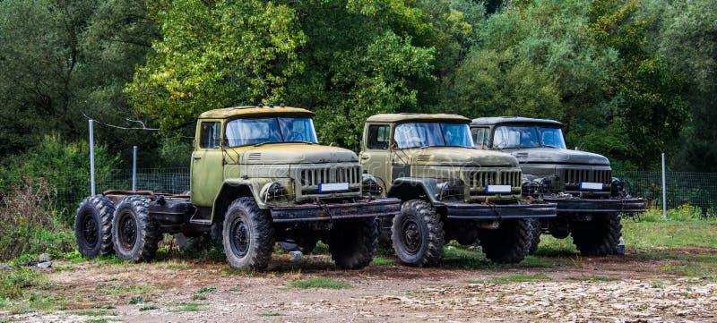 Παλιά φορτηγά στην αυλή του αυτοκινήτου στοκ εικόνα με δικαίωμα ελεύθερης χρήσης