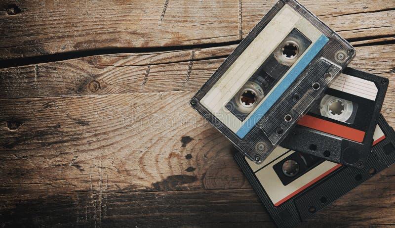 Παλιές κασέτες μαγνητοταινίας σε ξύλινο φόντο στοκ εικόνες