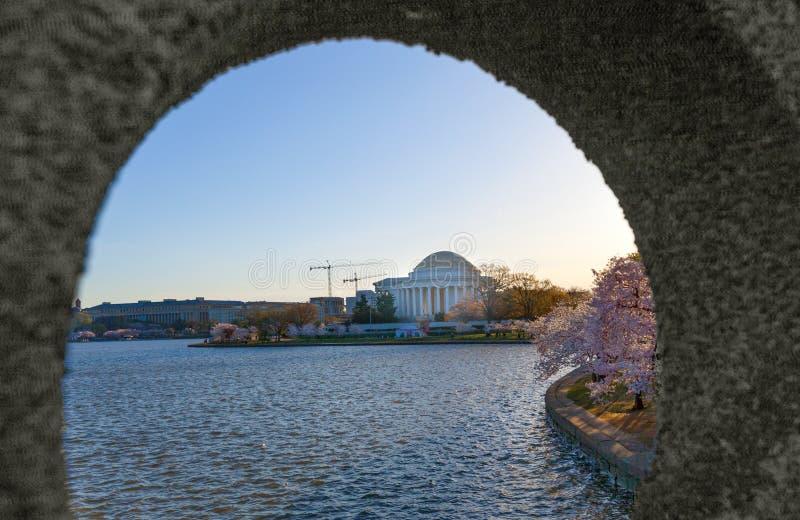 Παλιρροιακή λεκάνη με το μνημείο του Jefferson όπως αντιμετωπίζεται μέσω της τρύπας της γέφυρας κολπίσκων στο Drive του Οχάιου, W στοκ εικόνα
