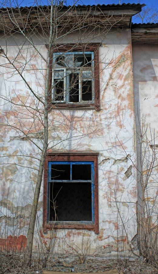 Παλιό εγκαταλελειμμένο κτίριο - άδεια παράθυρα με σπασμένα γυαλιά στοκ εικόνες με δικαίωμα ελεύθερης χρήσης
