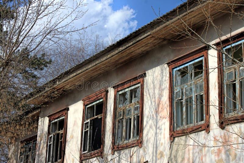 Παλιό εγκαταλελειμμένο κτίριο - άδεια παράθυρα με σπασμένα γυαλιά Βρώμικο στοκ εικόνες με δικαίωμα ελεύθερης χρήσης