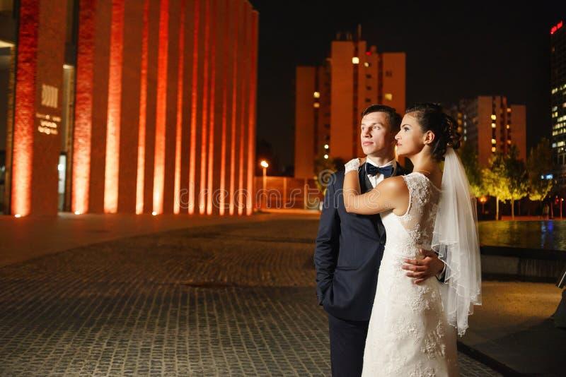 Πανέμορφα newlyweds στην πόλη τη νύχτα στοκ εικόνες