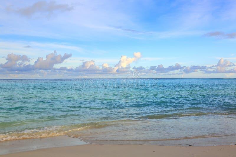 Πανέμορφη άποψη Ινδικού Ωκεανού, Μαλδίβες Άσπρη παραλία άμμου, τυρκουάζ νερό, μπλε ουρανός και άσπρα σύννεφα στοκ εικόνες