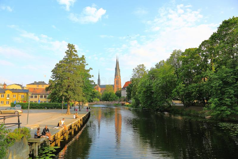 Πανέμορφη άποψη σχετικά με την οδό κοντά στον ποταμό με τον καθεδρικό ναό στο υπόβαθρο Πανέμορφος μπλε ουρανός με τα άσπρα σύννεφ στοκ φωτογραφίες με δικαίωμα ελεύθερης χρήσης