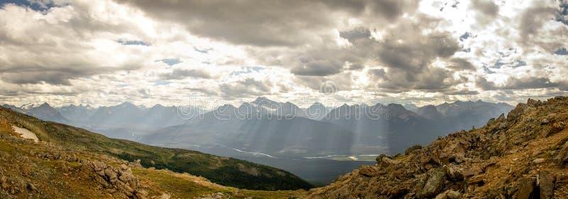 Πανέμορφη άποψη του βουνού από την κορυφή, στα δύσκολα βουνά, εθνικό πάρκο ιασπίδων, Αλμπέρτα, Καναδάς στοκ φωτογραφία με δικαίωμα ελεύθερης χρήσης