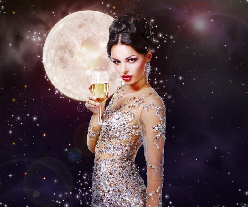 Πανέμορφη γυναίκα με ένα ποτήρι της σαμπάνιας στο υπόβαθρο του α στοκ εικόνες με δικαίωμα ελεύθερης χρήσης