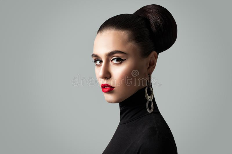 Πανέμορφη γυναίκα με τέλεια Hairstyle και Eyeliner Makeup στοκ εικόνες με δικαίωμα ελεύθερης χρήσης
