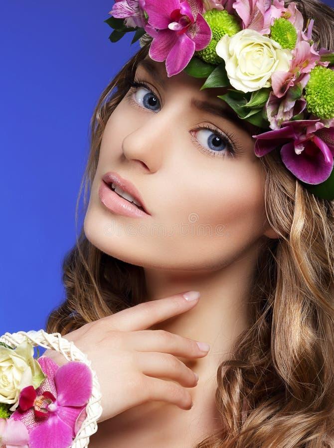 Πανέμορφη γυναίκα με την ανθοδέσμη των ζωηρόχρωμων λουλουδιών στοκ εικόνα με δικαίωμα ελεύθερης χρήσης