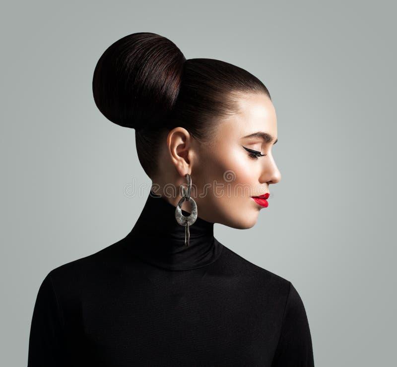 Πανέμορφη γυναίκα με το κουλούρι Hairstyle και Eyeliner Makeup τρίχας στοκ εικόνες