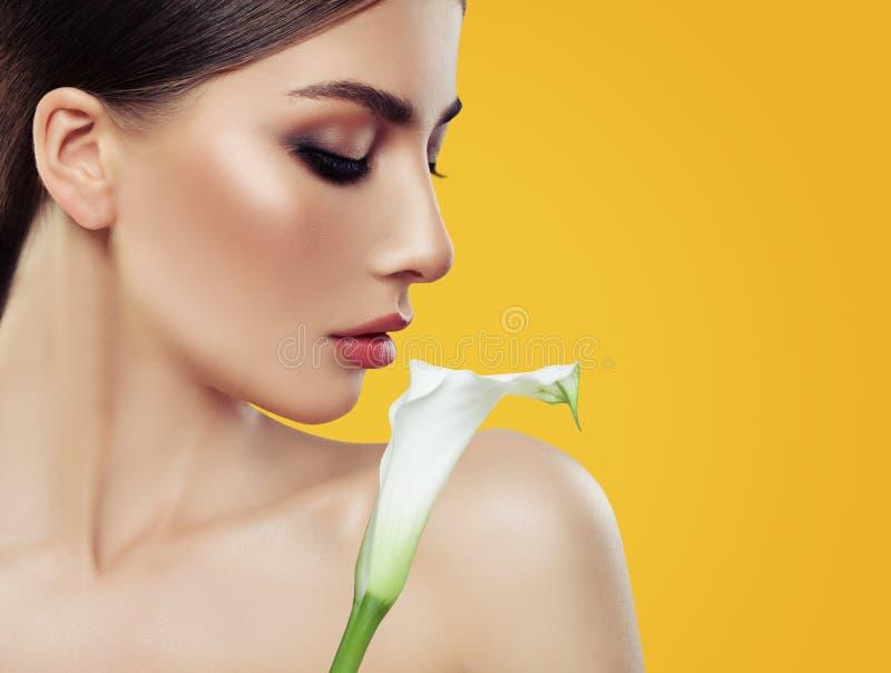 Πανέμορφη γυναίκα με Makeup και τα άσπρα λουλούδια στοκ φωτογραφία