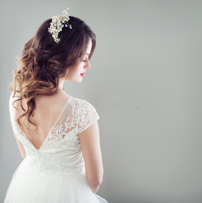 Πανέμορφη γυναίκα νυφών με τη νυφικά τρίχα, makeup, το hairdecor και το whi στοκ φωτογραφίες