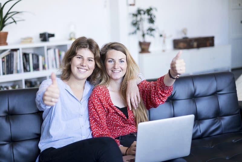 Πανέμορφη γυναίκα brunette δύο που εξετάζει τη κάμερα με το χαμόγελο και το sho στοκ φωτογραφία