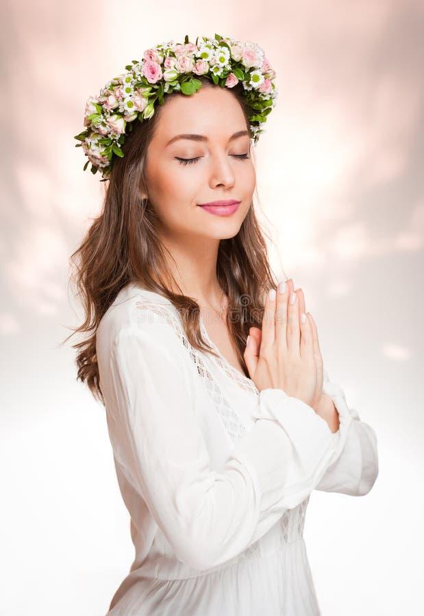 Πανέμορφη γυναίκα brunette που φορά το στεφάνι λουλουδιών άνοιξη στοκ εικόνες