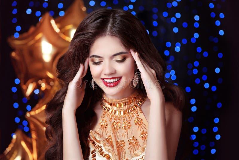 Πανέμορφη, ευτυχής χαμογελώντας νέα γυναίκα με τα κόκκινα χείλια, στην πολυτέλεια gol στοκ φωτογραφία με δικαίωμα ελεύθερης χρήσης