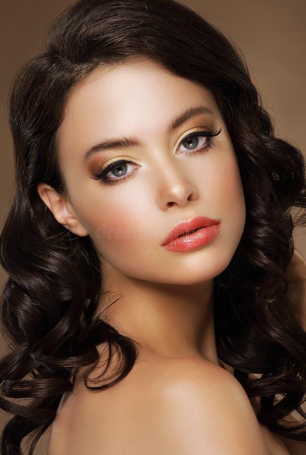 Πανέμορφη δελεαστική κυρία με το βόστρυχο και το επιχαλκωμένο δέρμα στοκ φωτογραφίες με δικαίωμα ελεύθερης χρήσης