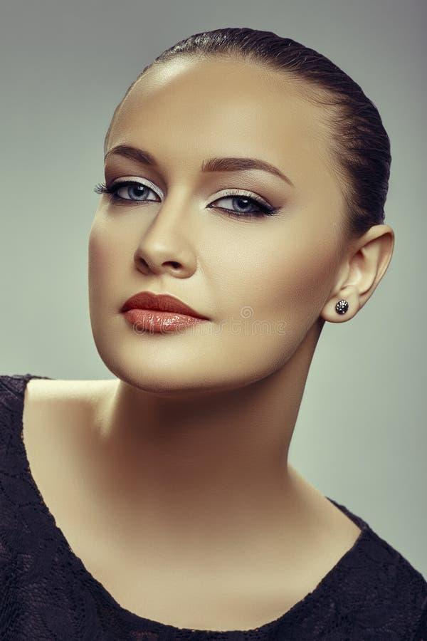 Πανέμορφη δελεαστική νέα γυναίκα στοκ εικόνα