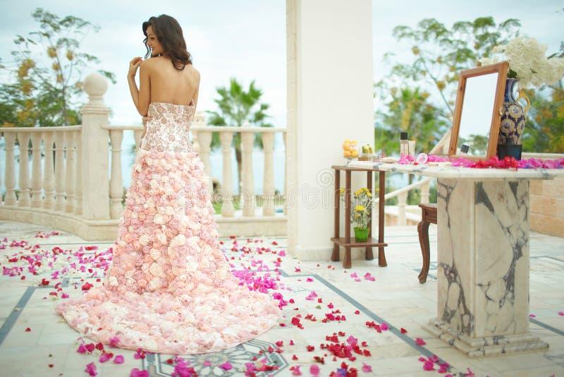 Πανέμορφη, καλή νύφη, πρότυπο που προετοιμάζεται στη ημέρα γάμου σε μοναδικό στοκ εικόνες