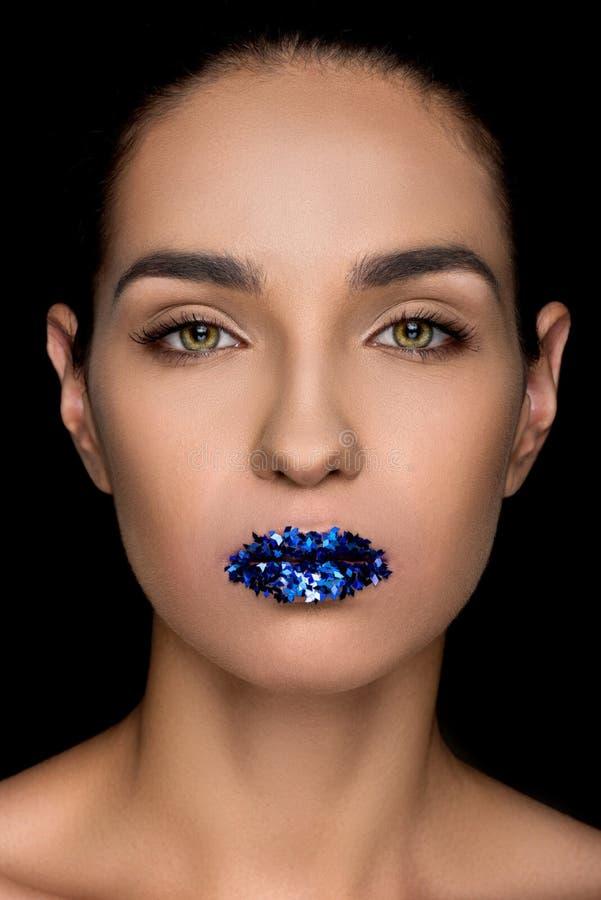 Πανέμορφη μοντέρνη γυναίκα με τα μπλε σπινθηρίσματα στα χείλια στοκ φωτογραφία με δικαίωμα ελεύθερης χρήσης